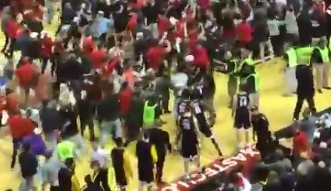 Βίντεο: Μπασκετμπολίστας ρίχνει μπουνιά σε φίλαθλο αντίπαλης ομάδας
