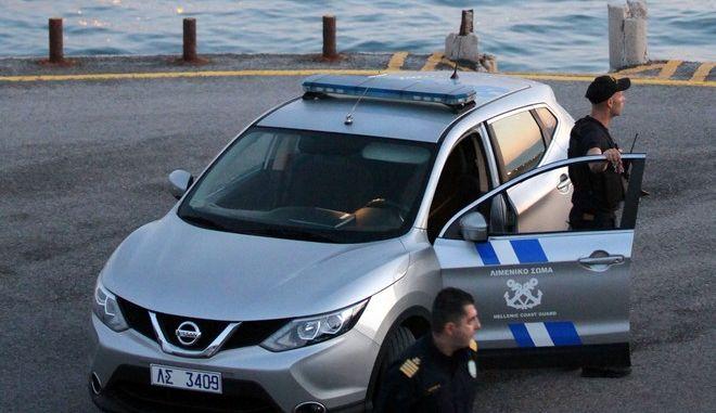 Αυτοκίνητο έπεσε στη θάλασσα στη Σαλαμίνα