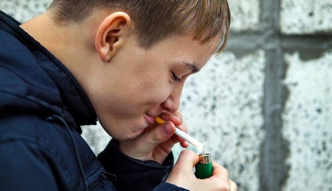 Έφηβος καπνίζει
