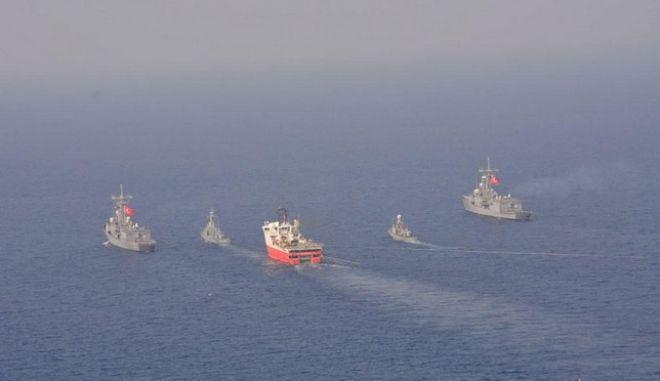 Φωτογραφία του Μπαρμπαρός έχοντας πλάι πλοία του τουρκικού πολεμικού ναυτικού