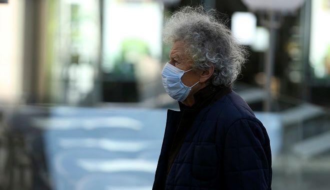Πολίτης της Αυστρίας με μάσκα