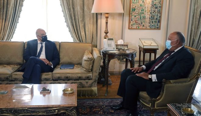 Ο υπουργός Εξωτερικών Νίκος Δένδιας και ο Αιγύπτιος ομόλογός του Σαμέχ Σουκρί