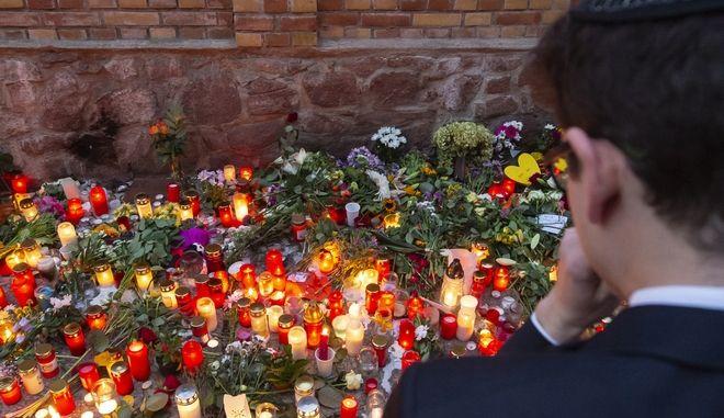Λουλούδια στη μνήμη των θυμάτων έξω από εστιατόριο στο Χάλε, Γερμανία
