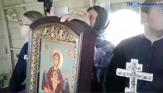 Ιερείς σε αεροπλάνο πετούν αγιασμό για να εξαγνίσουν πόλη από