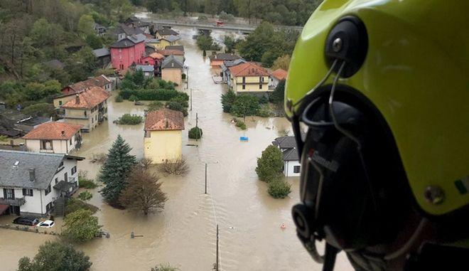 Ελικόπτερο της πυροσβεστικής πάνω απο πόλη της βόρειας Ιταλίας.