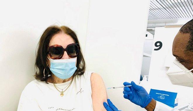 Εμβολιάστηκε η Νανά Μούσχουρη: Το δημόσιο μήνυμα νίκης κατά της πανδημίας