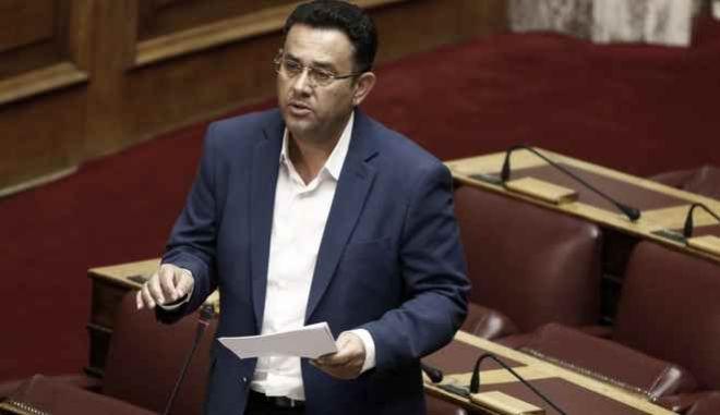 Ο βουλευτής του ΚΚΕ Μανώλης Συντυχάκης στην συζήτηση επίκαιρων ερωτήσεων στην Βουλή την Πέμπτη 19 Οκτωβρίου 2017. (EUROKINISSI/ΓΙΩΡΓΟΣ ΚΟΝΤΑΡΙΝΗΣ)