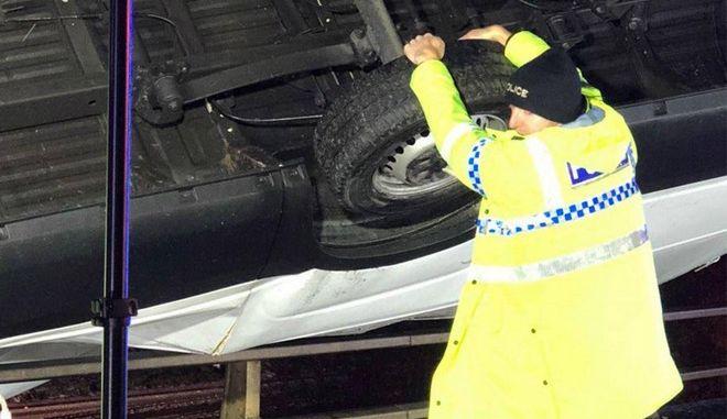 'Σούπερμαν' αστυνομικός κρατάει βαν για να μην πέσει από γέφυρα