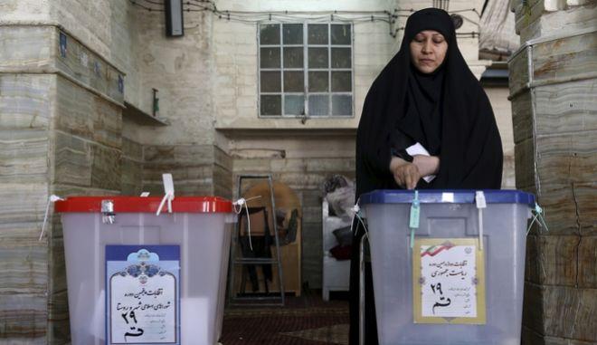 Ιρανικές εκλογές: Παρατάθηκε κατά δύο ώρες η ψηφοφορία λόγω μαζικής προσέλευσης