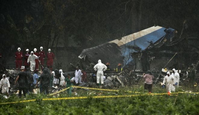 Ομάδες διάσωσης στα συντρίμμια του Boeing 737 που συνετρίβη στην Κούβα, παρασύροντας στο θάνατο 110 επιβάτες και πλήρωμα