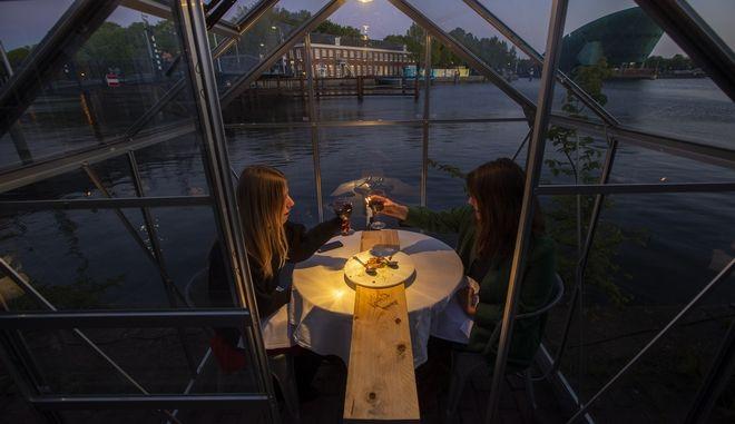 Δείπνο σε θαλάμους υπο το φως των κεριών