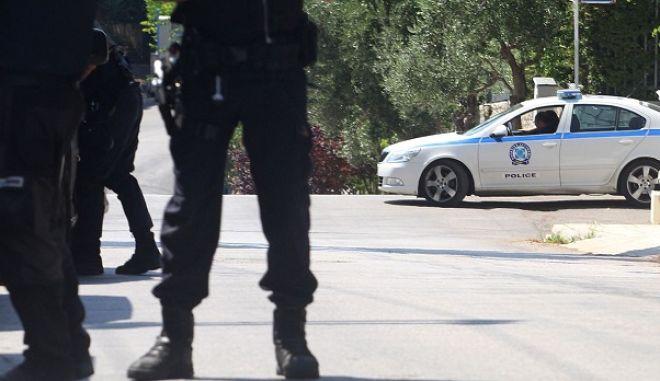 Αστυνομικοί αναζητούν  ληστές μετά από απόπειρα ληστείας που έκαναν στο  σπίτι του προπονητή του ΠΑΟΚ Γιώργου Δώνη, στην Κηφισιά την Πέμπτη 28 Ιουνίου 2012.  Ένοπλοι ληστές προσπάθησαν να μπουν στο σπίτι του  Γιώργου Δώνη, όταν τους  αντιλήφθηκαν αστυνομικοί. Οι ληστές πήραν έναν όμηρο μαζί τους, τον οποίο άφησαν ελεύθερο μετά από λίγη ώρα, αφού ξεκίνησε η καταδίωξη και ανταλλάχθηκαν  πυρά μεταξύ ληστών και αστυνομίας, με αποτέλεσμα να τραυματιστεί ένας αστυνομικός και ένας από τους ληστές. ΑΠΕ-ΜΠΕ/ΑΠΕ-ΜΠΕ/ΑΛΕΞΑΝΔΡΟΣ ΒΛΑΧΟΣ
