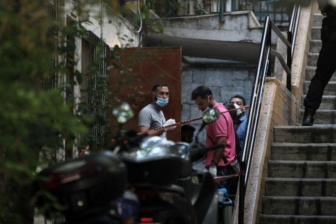 Αστυνομικοί της Ασφάλειας Αττικής ερευνούν το ισόγειο διαμέρισμα της οδού Τσιμισκή 55 στα Εξάρχεια, όπου το μεσημέρι της Παρασκευής 11 Αυγούστου 2017, βρέθηκε νεκρός ένας 92χρονος, που διέμενε μόνος.  (EUROKINISSI/ΣΩΤΗΡΗΣΗ ΔΗΜΗΤΡΟΠΟΥΛΟΣ)