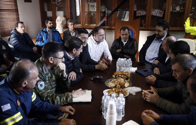 Ο υπουργός Εθνικής Άμυνας Νίκος Παναγιωτόπουλος, ο γενικός γραμματέας Πολιτικής Προστασίας Νίκος Χαρδαλιάς και ο περιφερειάρχης Κεντρικής Μακεδονίας Απόστολος Τζιτζικώστας  συμμετέχουν σε σύσκεψη για τις πλημμυρισμένες περιοχές στην Ολυμπιάδα Χαλκιδικής.