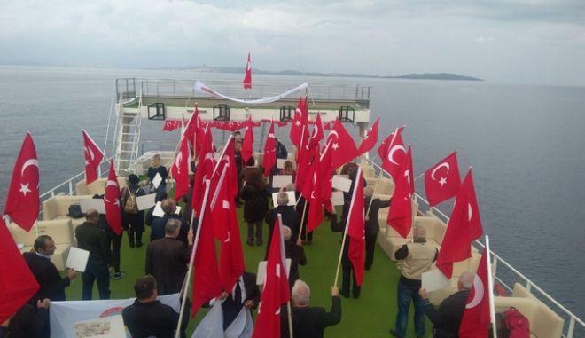 Νέα πρόκληση: Τούρκοι εθνικιστές έκαναν 'κρουαζιέρα' στις Οινούσσες και έψαλλαν τον εθνικό τους ύμνο
