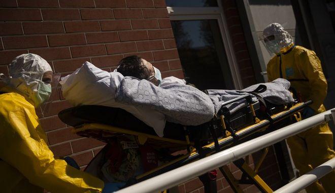 Μεταφορά ασθενή με κορονοϊό σε νοσοκομείο.