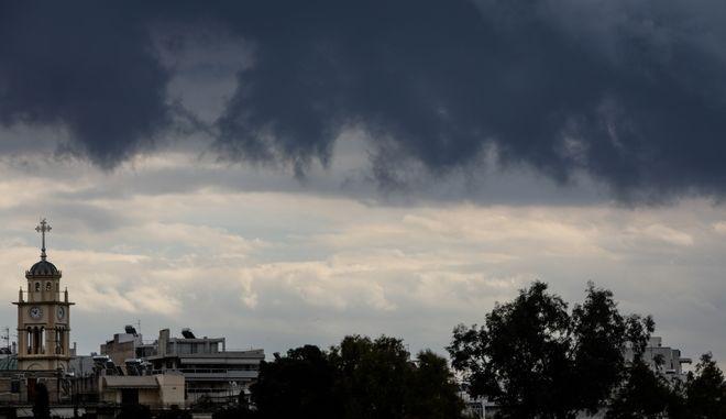 Σύννεφα στον ουρανό πάνω από την πόλη των Τρικάλων