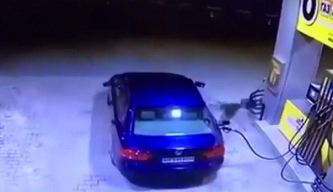 Ξέχασε να βγάλει το πιστόλι της βενζίνης και κατέστρεψε ολοσχερώς ένα βενζινάδικο