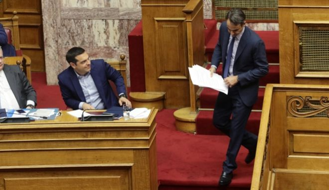 O πρωθυπουργός Αλέξης Τσίπρας και ο αρχηγός της αξιωματικής αντιπολίτευσης Κυριάκος Μητσοτάκης κατά παλαιότερη αναμέτρηση τους στη Βουλή