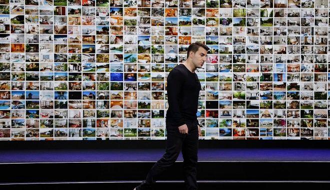 O συνιδρυτής και διευθύνων σύμβουλος της Airbnb, Brian Chesky, κατά τη διάρκεια μια παρουσίασης της εταιρίας