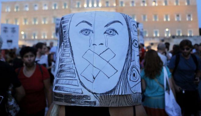 Γιατί ο Έλληνας αρνείται να αντιδράσει μαζικά στην κρίση; Τρεις και ένας λόγοι