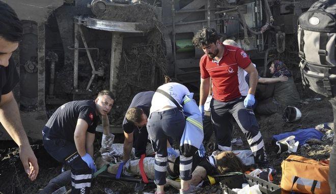 Εικόνες που μεταδόθηκαν από την τηλεόραση έδειχναν ασθενοφόρα και μέλη των υπηρεσιών πρώτων βοηθειών να σπεύδουν στο σημείο του δυστυχήματος.