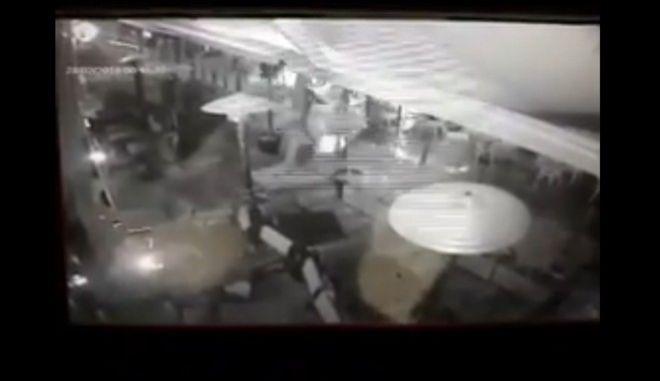 """Βίντεο από κάμερα ασφαλείας: Η στιγμή που αντιεξουσιαστές τα """"έσπασαν"""" στην Ερμού"""