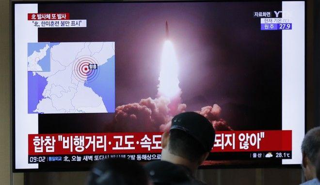 ΜΜΕ της Νότιας Κορέας μεταδίδει την είδηση για τη νέα δοκιμή όπλων από τη Βόρεια Κορέα