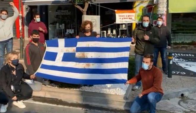 Μέλη της ΠΑΣΠ με τη Μάγδα Φύσσα, μπροστά στο μνημείο του Π. Φύσσα με τη σημαία του Πολυτεχνείου