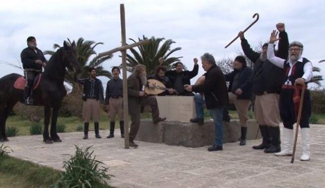 Βίντεο: Όταν ο Ψαραντώνης τραγούδησε 'πότε θα κάνει ξαστεριά' στον τάφο του Καζαντζάκη