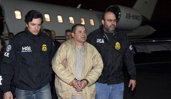 """Ο """"βαρώνος των ναρκωτικών"""" Χοακίν """"Ελ Τσάπο"""" Γκουζμάν στα χέρια των αρχών των ΗΠΑ σε στιγμιότυπο του Ιανουαρίου 2017"""