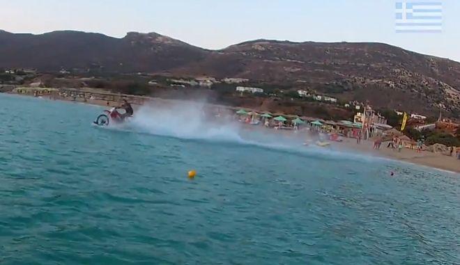 Χανιώτης κάνει σερφ με τη μηχανή του μέσα στη θάλασσα και τρελαίνει κόσμο