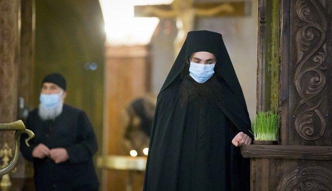 Μοναχοί φορούν μάσκες σε εκκλησία που βρίσκεται στην Τιφλίδα της Γεωργίας  κατά την Πρώτη Ανάσταση