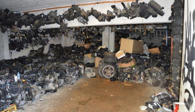 Πάτρα: Εντοπίστηκε μάντρα με δεκάδες κλεμμένα ανταλλακτικά αυτοκινήτων