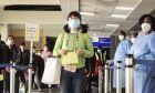 Επιβάτες φορούν μάσκες σε αεροδρόμιο, Αρχείο