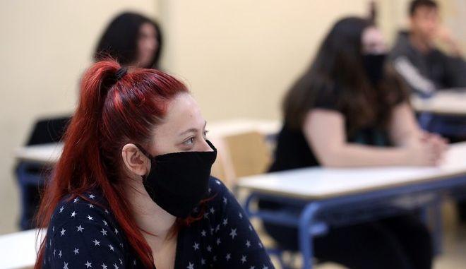 Μαθητές με μάσκα