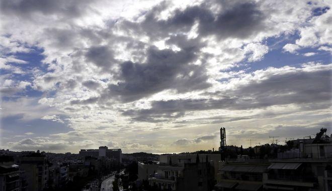 Αθηνα συννεφιασμένη πολη