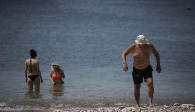 Κολυμβητές στην παραλία του Μπάτη