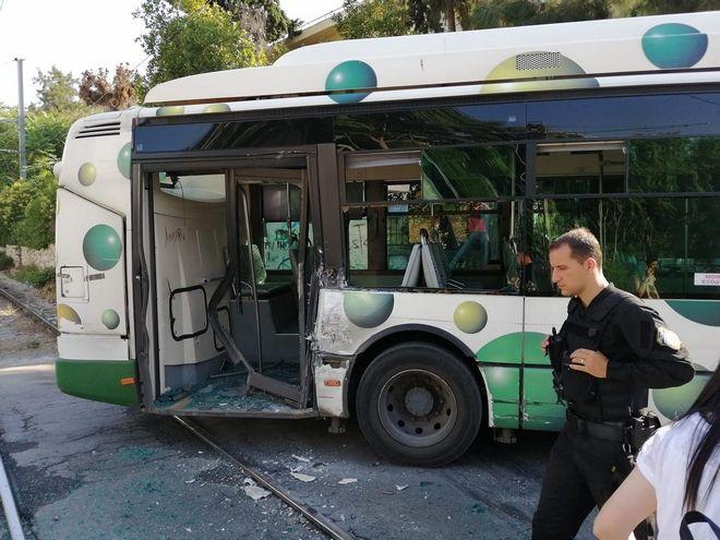 Πανικός στη Λιοσίων: Λεωφορείο συγκρούστηκε με τρένο προαστιακού