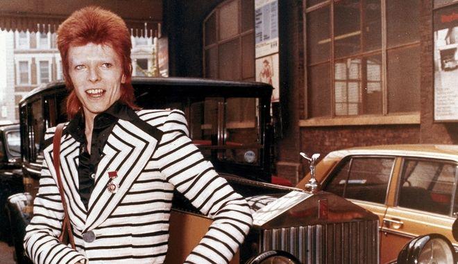Ο David Bowie ποζάρει δίπλα από τη Rolls Royce του (Μάιος 1973)