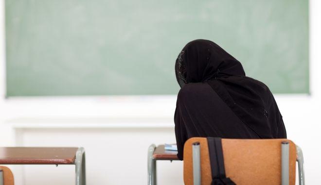 Μουσουλμάνα μαθήτρια σε σχολείο. Φωτό αρχείου.