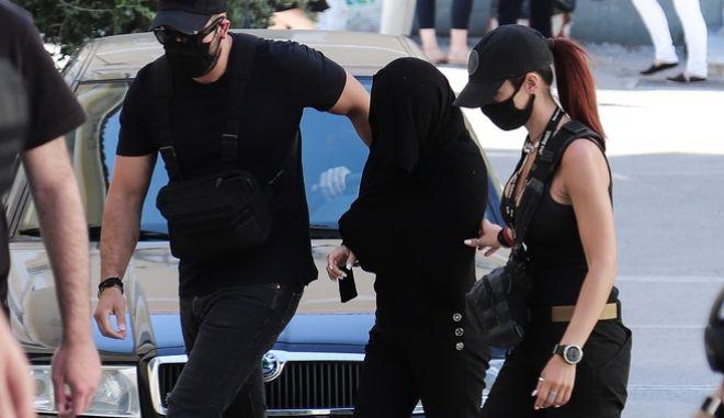 Η 35χρονη η οποία κατηγορείται για την επίθεση με βιτριόλι σε βάρος της 34χρονης Ιωάννας στην Καλλιθέα, οδηγείται από αστυνομικούς στον ανακριτή για την απολογία της την Τρίτη 16 Ιουνίου 2020. (EUROKINISSI/ΒΑΣΙΛΗΣ ΡΕΜΠΑΠΗΣ)