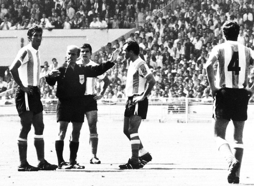 Ο Γερμανός διαιτητής Ρούντολφ Κράιτλαϊν αποβάλλει τον Αντόνιο Ρατίν (αριστερά) της Αργεντινής από τον αγώνα (23/7/1966).