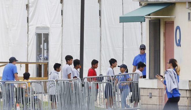 Σε στρατιωτικές βάσεις 20.000 ασυνόδευτοι ανήλικοι μετανάστες