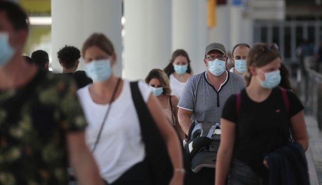 Επιβάτες πτήσεων σε αεροδρόμιο.
