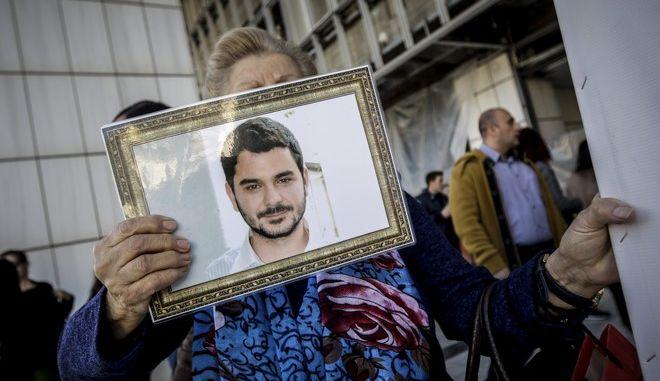 Συγγενείς του Μάριου Παπαγεωργίου κρατώντας πλακάτ και φωτογραφίες είναι συγκεντρωμένοι έξω από το Μεικτό Ορκωτό Εφετείο Αθηνών