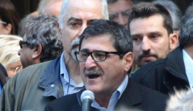 Ο υποψήφιος της Λαϊκής Συσπείρωσης στην Πάτρα καλεί τους πολίτες να στηρίξουν το ΚΚΕ. Συγχρόνως όμως κλείνει την πόρτα στο ΣΥΡΙΖΑ κάνοντας λόγο για παιχνίδια