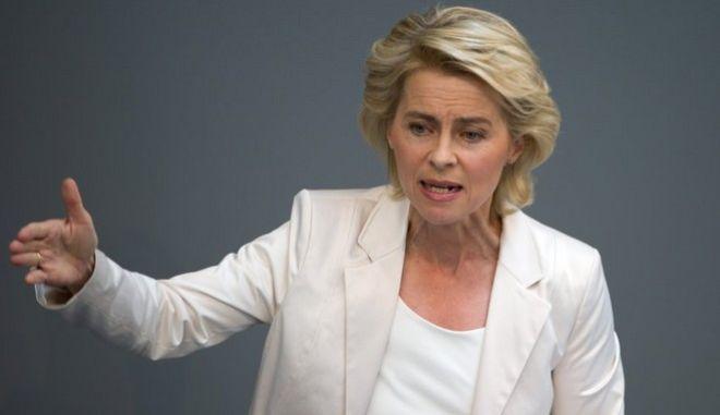 Bundesarbeitsministerin Ursula von der Leyen (CDU) spricht am Donnerstag (13.09.2012) in Berlin während der Sitzung des Bundestages. Das Parlament berät unter anderem über den Etat für das Wirtschaftsministerium und das Arbeitsministerium für das kommende Jahr. Foto: Soeren Stache dpa/lbn +++(c) dpa - Bildfunk+++