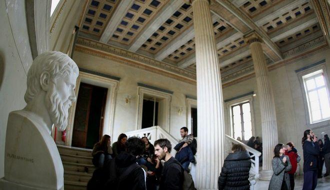 Ομιλία του Πρύτανη  Θεοδόση Πελεγρίνη στην εκδήλωση με θέμα «Η διάλυση της δημόσιας τριτοβάθμιας εκπαίδευσης: κυβερνητικές πολιτικές, στόχοι και μέσα επιβολής τους» στην Αίθουσα Τελετών του κεντρικού κτηρίου του Εθνικού και Καποδιστριακού Πανεπιστημίου Αθηνών, Τετάρτη 4 Δεκεμβρίου  2013. (EUROKINISSI/ΤΑΤΙΑΝΑ ΜΠΟΛΑΡΗ)