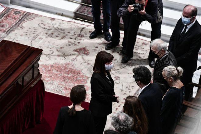 Δάκρυσε η Σακελλαροπούλου στον επικήδειο για τον Μίκη Θεοδωράκη